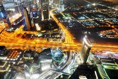 Nattsikt på den Dubai staden Arkivbilder