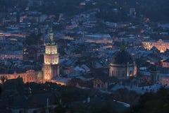 Nattsikt på den gamla europeiska staden Arkivfoto