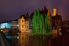 Nattsikt på gammala byggnader av Bruges Royaltyfri Fotografi