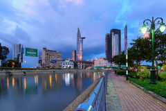 Nattsikt på i stadens centrum Ho Chi Minh City - Ben Nghe Canal Arkivbild