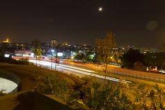Nattsikt på Istanbul med ljusa strimmor för bil som dekorerar gatan Fotografering för Bildbyråer