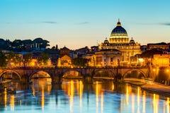Nattsikt på Sts Peter domkyrka i Rome Arkivfoton