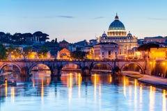 Nattsikt på Sts Peter domkyrka i Rome Arkivbilder