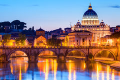 Nattsikt på Sts Peter domkyrka i Rome Royaltyfria Bilder