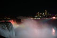 Nattsikt på vattenfallet Arkivbild