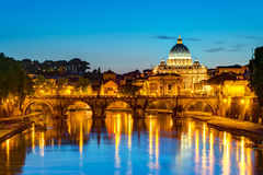 Nattsikt på Sts Peter domkyrka i Rome Arkivbild
