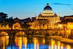 Nattsikt på Sts Peter domkyrka i Rome Fotografering för Bildbyråer