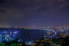 Nattsikt, synvinkelPhra Tamnak berg Pattaya arkivfoto