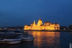 Nattsikt till den Budapest parlamentet Arkivbild