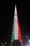 Nattsikt till den Burj Khalifa skyskrapan i Dubai, flagga av Kuwait, UAE Royaltyfri Fotografi