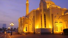 Nattsikt till moskén som är upplyst med guld- ljus Morgon- eller aftonskymning arabisk arkitektur lager videofilmer