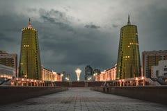 Nattsikten över Astana i Kasakhstan med guld- torn aka ölburkarna och Baytereken står högt Arkivbilder