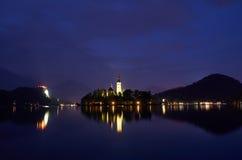 Nattsikten över sjön blödde, Slovenien Royaltyfria Bilder