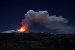 Nattsikten av askaen putsar av Mount Etna fotografering för bildbyråer