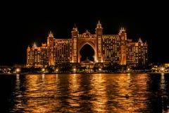 Nattsikten av Atlantis, gömma i handflatan, den mång--miljon dollarAtlantis semesterorten, hotell fotografering för bildbyråer
