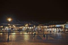 Nattsikten av den huvudsakliga fyrkanten av Cusco område, Peru Många turister tar går eller shoppar där royaltyfria foton
