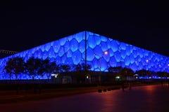 Nattsikten av mitten för nationell simning för Peking Arkivfoto