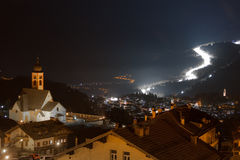 Nattsikten av skidar lutningen i den Fiemme dalen, Trentino, Italien royaltyfria foton