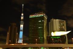 Nattsikten, horisont av Sumida avvärjer, Tokyo, Japan med gränsmärken arkivfoton