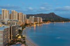 Nattsikten på den Honolulu staden och Waikiki sätter på land arkivfoto