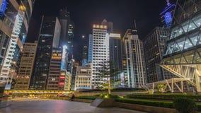 Nattsiktshyperlapse av modern stadstrafik över gatan med skyskrapor Tid schackningsperiod Hong Kong arkivfilmer