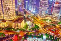 Nattsiktsskyskrapor, stadsbyggnad av Pudong, Shanghai, Kina Royaltyfri Bild