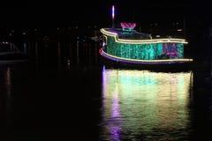 Nattskott av att tända det dekorerade skeppet och reflex på vattnet arkivfoto