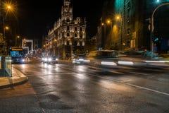 Nattskott av den upptagna gatan nära Elisabeth Bridge i den Budapest Ungern med att flytta sig för bilar som är snabbt Royaltyfri Bild