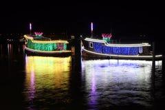 Nattskott av två tändande dekorerade skepp och reflex på vattnet royaltyfri fotografi