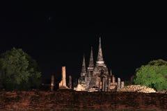 Nattskottet av den ofullständiga lilla stupaen bredvid väggen i fördärvar av fornlämning på den Wat Phra Si Sanphet templet royaltyfria bilder