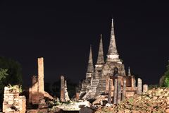 Nattskottet av pagoden för tre strömförsörjning i fördärvar av fornlämning på Wat Phra Si Sanphet arkivfoto