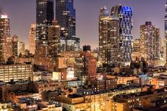 Nattskyskrapabyggnader i den New York City midtownen på nattetid Härlig natt i New York arkivbild