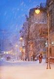 Nattsnöfall på gatan av staden Royaltyfri Bild