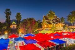 Nattsouvenirmarknaden framme av det nationella museet av Luang P Royaltyfria Foton