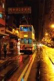 Nattspårvagn i regn, Hong Kong, Kina Royaltyfria Bilder