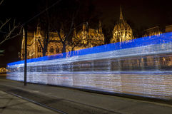 Nattspårvagn som passerar parlamentbyggnaden, Budapest, Ungern Royaltyfria Foton