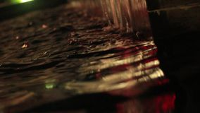 Nattspringbrunn i mitten av den Petrich fotovideoen från hörnet av fyrkanten i aftonen stock video