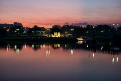 Nattspringbrunn i parkera Arkivfoto