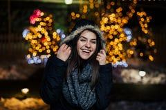 Nattstående av en härlig lycklig kvinna som ler tycka om vinter- och snödet fria Vinterglädje vinter för snow för pojkeferielay p royaltyfri fotografi