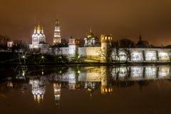 Nattstad, den Novodevichy kloster i Moskva Arkivfoton