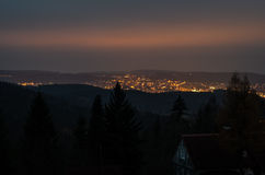 Nattstad i bergen Arkivbild