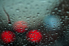 Nattstad i regn, stads- liv och gataljus, tät trafik tappar glass vatten Abstrakt bakgrund av stads- Royaltyfria Bilder