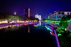 Nattstad med floden Arkivbilder