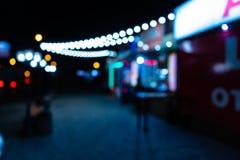 Nattstad med lyktor royaltyfria bilder