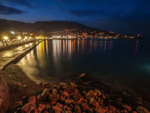 Nattstad nära havet. Ukraina Yalta Royaltyfri Bild