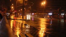 Nattstad och regn arkivfilmer