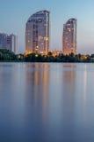 Nattstadsbyggnader reflekterade i flodvatten HDR Royaltyfri Foto