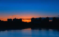 Nattstadslandskap med sjön arkivfoton