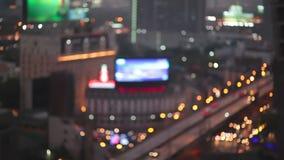 Nattstadsljus och trafik i Bangkok som abstrakt bakgrund Ut ur fokus med den oskarpa bilen och byggnadsljus fågelögon högt a arkivfilmer