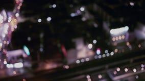Nattstadsljus och trafik i Bangkok som abstrakt bakgrund Ut ur fokus med den oskarpa bilen och byggnadsljus som panorerar med tra stock video